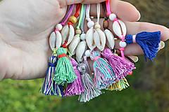 Náramky - • Farebné náramky s mušľou a strapčekom • (Hnedá) - 10902876_
