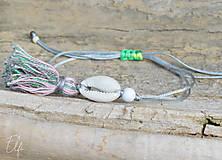 Náramky - • Farebné náramky s mušľou a strapčekom • (Šedá) - 10902892_