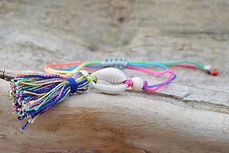 Náramky - • Farebné náramky s mušľou a strapčekom • (Pestrofarebná) - 10902874_