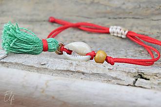 Náramky - • Farebné náramky s mušľou a strapčekom • (Červená) - 10902884_