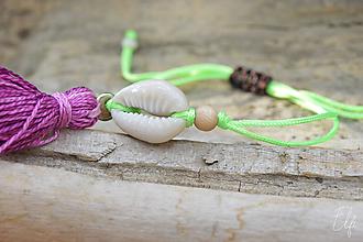 Náramky - • Farebné náramky s mušľou a strapčekom • (Zelená) - 10902902_