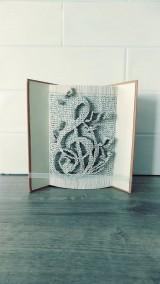 Husľový kľúč a noty - vyskladané z knihy (nielen) pre milovníkov hudby