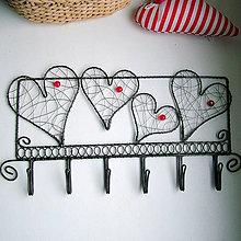 Nábytok - zaláskovaný vešiak                folk, srdce,svadba (čierny drôt) - 10904773_