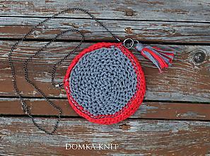 Kabelky - Sivo červená háčkovaná kabelka - 10904368_