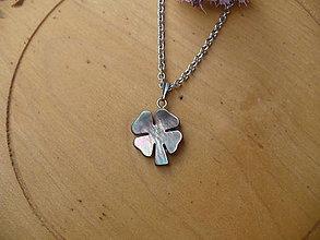 Náhrdelníky - retiazka z chirurgickej ocele so štvorlístkom z perlete - 10905642_