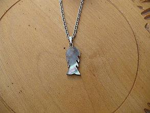 Náhrdelníky - retiazka z chirurgickej ocele s rybkou  z perlete - 10905759_