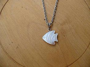 Náhrdelníky - retiazka z chirurgickej ocele s rybkou z perlete - 10905921_