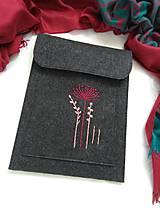 Kabelky - Decentne (ručne vyšívaná plstená taška, púzdro) - 10906445_