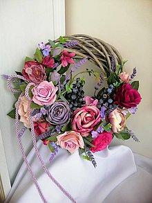 Dekorácie - Ružovo fialový veniec s levandulou - 10910763_