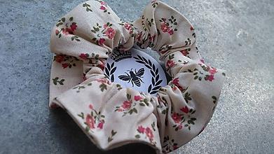 Ozdoby do vlasov - Bavlnená scrunchie (Krémová s kvetinkami) - 10910328_
