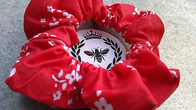 Ozdoby do vlasov - Bavlnená scrunchie (Červená s kvetinkami) - 10910345_