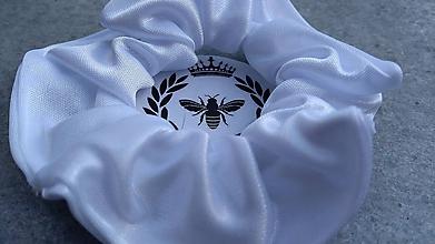 Ozdoby do vlasov - Saténová scrunchie (Perleťovo biela) - 10910419_