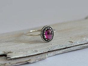 Prstene - 925 Strieborný prsteň s prírodným rhodolitom granátom - 10912078_