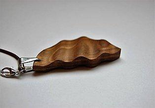 Náhrdelníky - Drevený náhrdelník - Orechové vlnky - 10916264_