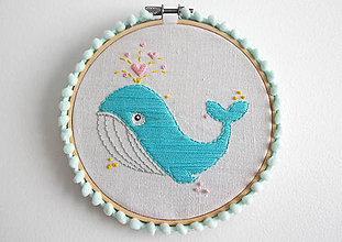 """Obrázky - Ručne vyšívaný kruh """"Veľryba Walter""""  s pom pom ozdobou 13,5cm - 10916950_"""