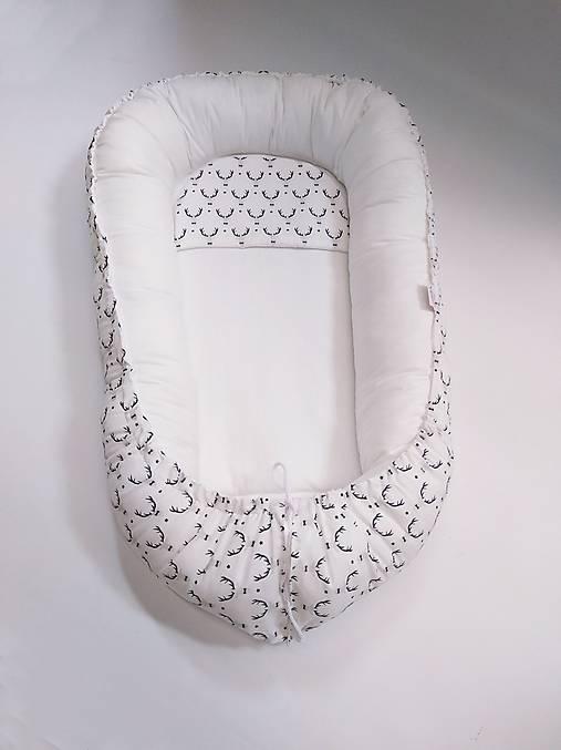 Hniezdo pre dieťatko sivo-biele s jeleňmi