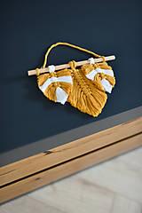 Dekorácie - Závesná dekorácia horčicové pierka - 10917680_