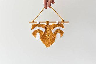 Dekorácie - Závesná dekorácia horčicové pierka - 10917683_