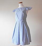dámske pásikavé šaty s odhaleným chrbtom