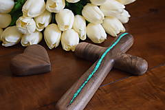 Dekorácie - Svadobný krížik z orechového dreva (fosforová živica) - 10923888_