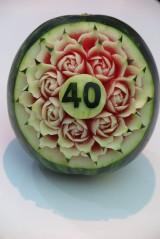 Socha - Ručne vyrezaný melónik s číslom a s ružičkami - 10924675_