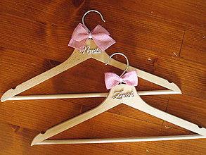 Nábytok - Jutové ružové svadobné vešiaky s nápisom - 10925443_