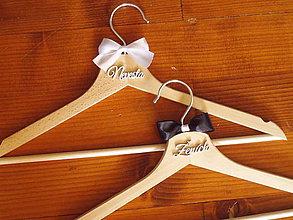 Nábytok - Svadobné vešiaky s nápisom - 10925448_