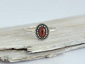 Prstene - 925 Strieborný prsteň s prírodným granátom - 10927576_