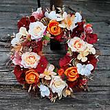 Dekorácie - Veniec v jesenných farbách s ružami a makovičkami - 10932174_