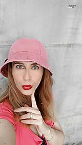 starorůžový klobouk potrhaný