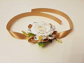 Pierka - náramok pre družičky zlatý s bielym kvietkom - 10932869_