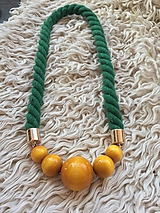 Žluté korále na zeleném laně