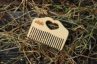 Ozdoby do vlasov - Dievčenský drevený hrebeň so srdiečkom - 10940058_