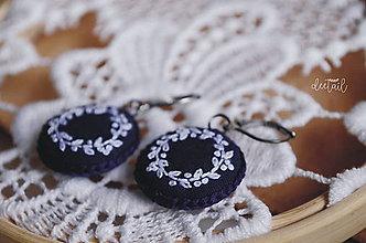 Náušnice - Biele venčeky v tm.modrom objatí - 10940124_