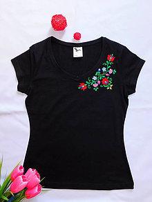Tričká - Ručne vyšívané tričko - 10939625_