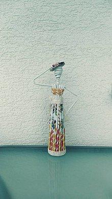 Socha - Figúrka, soška: dáma s klobúkom - zrecyklované staré letáky a noviny - 10942013_