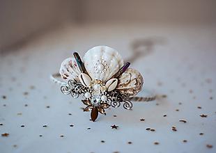 Ozdoby do vlasov - Glitrovaná korunka z mušlí vhodná na festival - 10945810_