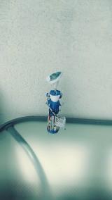 Figúrka, soška: dáma v modrom - zrecyklované staré letáky a noviny