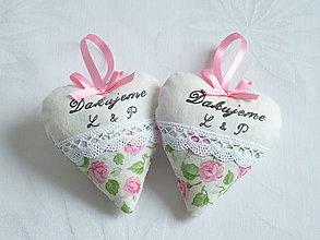 Darčeky pre svadobčanov - Svadobné srdiečka s ružami a textom - 10951229_