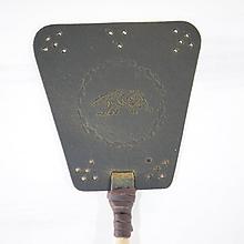 Dekorácie - Kožená plácačka na muchy - hnědá - mucha v ornamentoch - 10959727_
