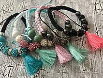 Náramky - farebny náramok s korálkami a strapcom - 10958240_