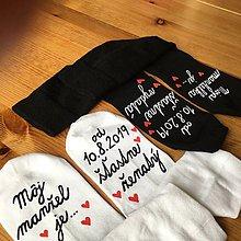 """Obuv - Maľované ponožky s nápisom: """"Môj manžel (Moja manželka) je šťastne ženatý (vydatá)"""" (biele + čierne s dátumom) - 10960683_"""