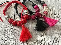 Náramky - farebny náramok s korálkami a strapcom - 10961218_