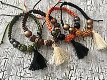 Náramky - zemitý náramok s korálkami a strapcom - 10961230_
