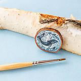 Odznaky/Brošne - Ručně malovaná brož s velrybou - 10969120_