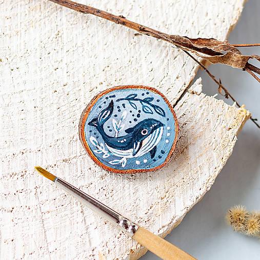 Ručně malovaná brož s velrybou
