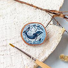 Odznaky/Brošne - Ručně malovaná brož s velrybou - 10969135_