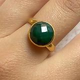 Prstene - Elegant Emerald Stainless Steel Golden Ring / Elegantný prsteň so smaragdom - oceľ - 10970248_