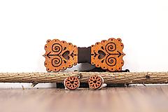 Doplnky - Drevený motýlik gaštan - 10968751_