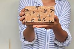 Peňaženky - Korková peňaženka M tabacco + lastovičky - 10971032_